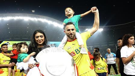 Spasojevic bersama keluarga mengangkat trofi juara Liga 1 2017.