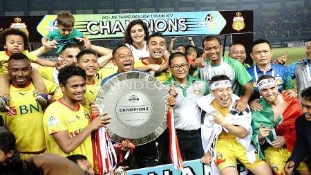 Skuat Bhayangkara FC merayakan keberhasilan menjadi juara Liga 1 2017. - INDOSPORT