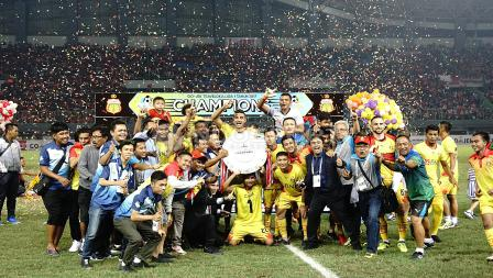 Skuat Bhayangkara FC merayakan keberhasilan menjadi juara Liga 1 2017.