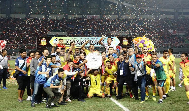 Skuat Bhayangkara FC merayakan keberhasilan menjadi juara Liga 1 2017. Copyright: Herry Ibrahim/INDOSPORT