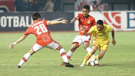Evan Dimas lepas dari kawalan dua pemain Persija Jakarta. - INDOSPORT