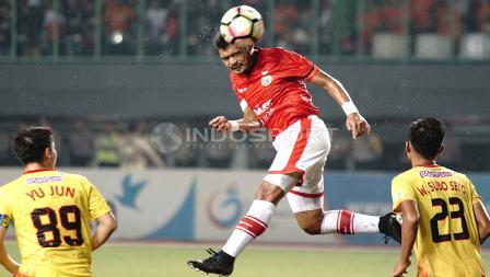 Aksi Bambang Pamungkas menanduk bola saat laga melawan Bhayangkara FC.