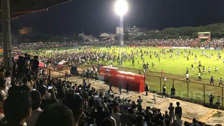 Suporter PSM Makassar sesaki lapangan di akhir laga pekan terakhir Liga 1 2017. - INDOSPORT