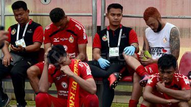 Kesedihan di Bench Semen Padang. - INDOSPORT