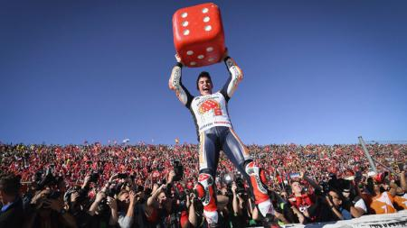Selebrasi Marc Marquez bila meraih gelar juara. - INDOSPORT