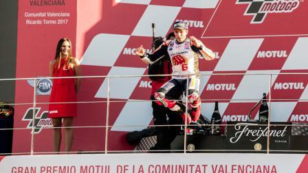 Marc Marquez selebrasi diatas podium sebagai juara dunia MotoGP 2017.