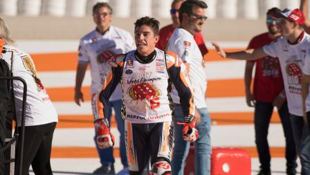 Marc Marquez saat akan melakukan selebrasi di MotoGP Valencia.