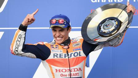Aksi selebrasi Marc Marquez diatas podium juara dunia MotoGP 2017.