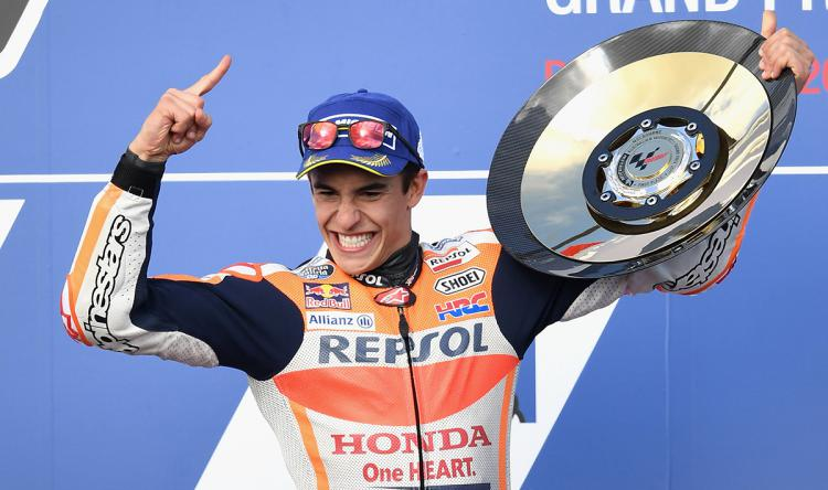 Aksi selebrasi Marc Marquez diatas podium juara dunia MotoGP 2017. Copyright: INDOSPORT