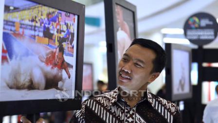 Menpora Imam Nahrawi, sedang memerhatikan salah satu karya foto yang dipamerkan. Herry Ibrahim/INDOSPORT