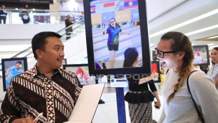 Atlet peraih medali emas SEA Games 2017 cabang Bowling, Tanyya Roumimper (kanan) turut hadir. Herry Ibrahim/INDOSPORT