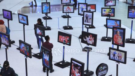 Pengunjung saat melihat foto-foto yang dipamerkan. Herry Ibrahim/INDOSPORT