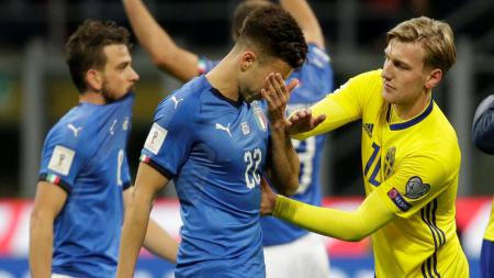 Ekspresi kesedihan pemain Italia setelah digagalkan Swedia untuk melaju ke Piala Dunia 2018. - INDOSPORT