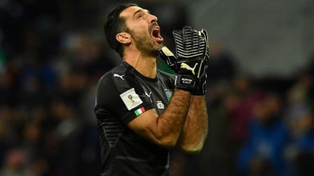 Gianluigi Buffon meluapkan emosinya pasca kegagalan Italia untuk lolos ke Piala Dunia 2018. - INDOSPORT