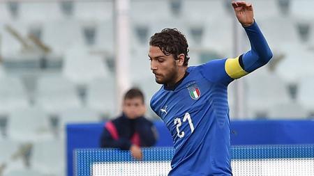 Pelatih Sassuolo, Roberto De Zerbi, mengangga eks AC Milan, Manuel Locatelli sebagai gelandang terbaik Italia. - INDOSPORT