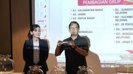 Joko Driyono dan Ratu Tisha pembagian grup liga 3. - INDOSPORT