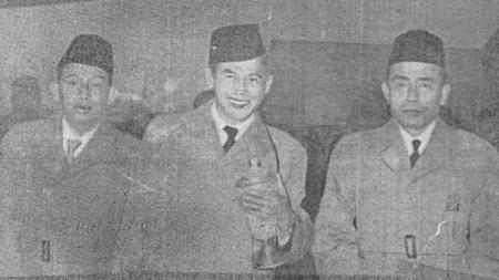 Aang Witarsa (tengah) bersama dua pengurus PSSI, R. Maladi dan Joemarsono - INDOSPORT