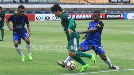Pemain PSIS melakukan penjegalan terhadap pemain Persebaya Surabaya. - INDOSPORT