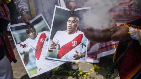 Foto pemain Peru diasapi sebagai salah satu ritual untuk lolos ke Piala Dunia. - INDOSPORT