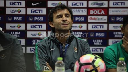 Luis Milla dalam jumpa pers usai pertandingan. Herry Ibrahim/INDOSPORT - INDOSPORT