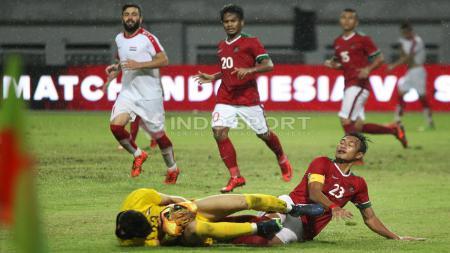 Kiper Suriah berhasil mengamankan bola dari serbuan Hansamu Yama. Herry Ibrahim/INDOSPORT - INDOSPORT