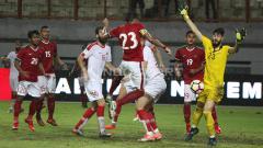 Indosport - Momen bola kemelut gawang Suriah. Herry Ibrahim/INDOSPORT