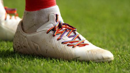 Gerakan penggunaan tali sepatu berwarna pelangi merupakan dukungan terhadap keseteraan gender. - INDOSPORT