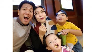 Achmad jufriyanto dengan istri dan anaknya - INDOSPORT