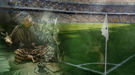Percaya tidak percaya, meski zaman sudah modern, praktek perdukunan masih terjadi di sepakbola Indonesia. - INDOSPORT