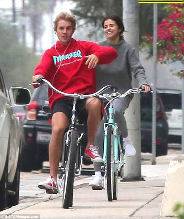 Selena dan Justin Bieber Mesra Bersepeda. Copyright: Istimewa