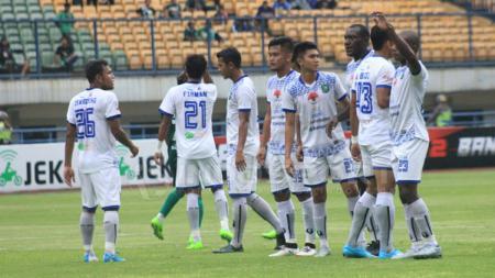 Para pemain PSPS Riau saat melawan Persebaya Surabaya. - INDOSPORT
