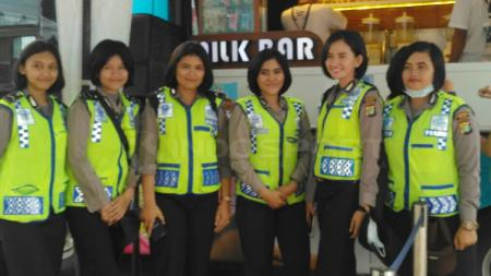 Polisi Wanita siap amanka laga Timnas Indonesia vs Suriah U-23. - INDOSPORT