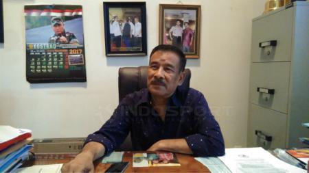 Manajer Persib Bandung, Umuh Muchtar, mengindikasikan bahwa dirinya setuju dengan keputusan LIB yang ingin mencoret penyerang asing di Liga 1. - INDOSPORT