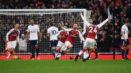 Para pemain Arsenal melakukan selebrasi. - INDOSPORT