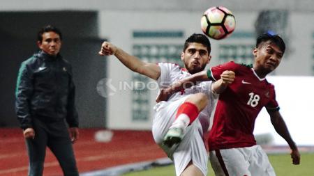 Muhammad Hargianto (kanan) tenagh adu bodi dengan pemain Suriah U-23. Herry Ibrahim/INDOSPORT - INDOSPORT