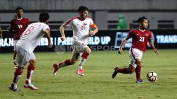 Andik Vermansyah membawa bola dari kepungan pemain Suriah. Herry Ibrahim/INDOSPORT