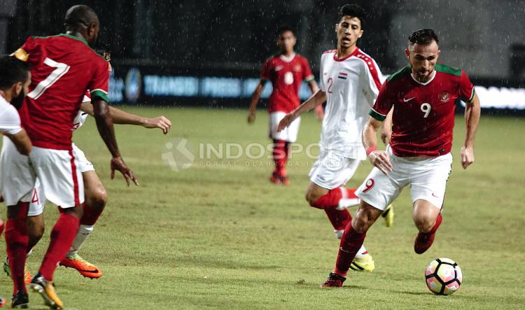 Ilija Spasojevic membawa bola ke arah gawang Suriah. Herry Ibrahim/INDOSPORT Copyright: Herry Ibrahim/INDOSPORT