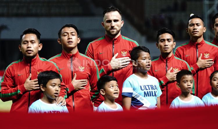 Pemain Timnas Indonesia saat mengheningkan cipta. Herry Ibrahim/INDOSPORT Copyright: Herry Ibrahim/INDOSPORT