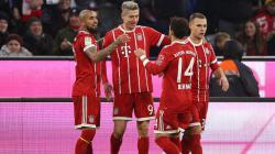 Robert Lewandowski merayakan golnya bersama rekan-rekan setimnya.