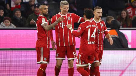 Robert Lewandowski merayakan golnya bersama rekan-rekan setimnya. - INDOSPORT