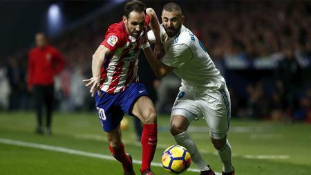 Karim Benzema belum mampu menaklukkan Diego Godin. - INDOSPORT