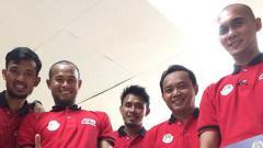 Indosport - Markus Harison, Supardi, dan Maman tampak antusias mengikuti kursus kepelatihan