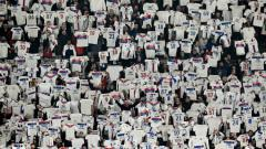 Indosport - Para fans Lyon berikan dukungan untuk Nabil Fekir.