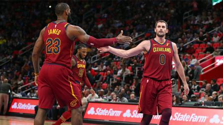 LeBron James dan Kevin Love berselebrasi. - INDOSPORT
