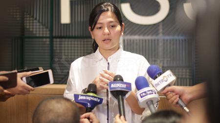 Ratu Tisha dalam preskon pengumuman pencopotan dari pelatih Timnas U-19. - INDOSPORT
