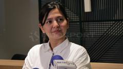 Indosport - Ratu Tisha dalam preskon pengumuman pencopotan dari pelatih Timnas U-19.