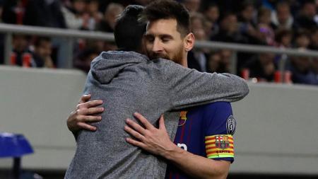 Lionel Messi dipeluk fans di tengah pertandingan antara Olympiakos kontra Barcelona. - INDOSPORT