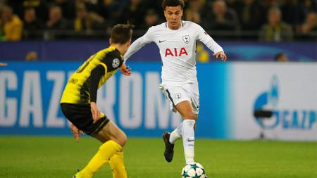 Aksi Dele Alli saat akan melewati adangan pemain Dortmund. - INDOSPORT