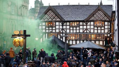Suprter Feyenoord menyalakan flare. - INDOSPORT