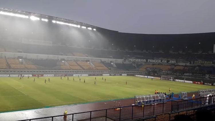 Suasana Persebaya vs PSMP di Stadion GBLA, Bandung. Copyright: Istimewa